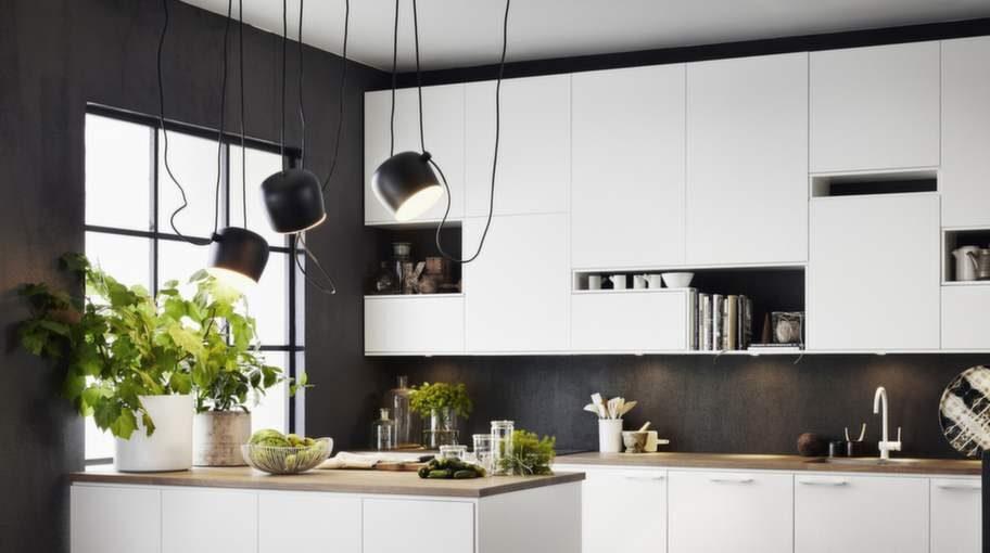 <strong>1 Anpassa belysningen</strong><br>Köket behöver olika typer av belysning. Det ska finnas belysning som går att skruva upp, men även att dimra ned. Arbetsbelysning är viktigt vid köksbänken. Lampornas styrka och riktning bör anpassas utifrån kulörer och material samt hur man rör sig i köket. Kök Solid i vitmålad, massiv ask, från Ballingslöv.