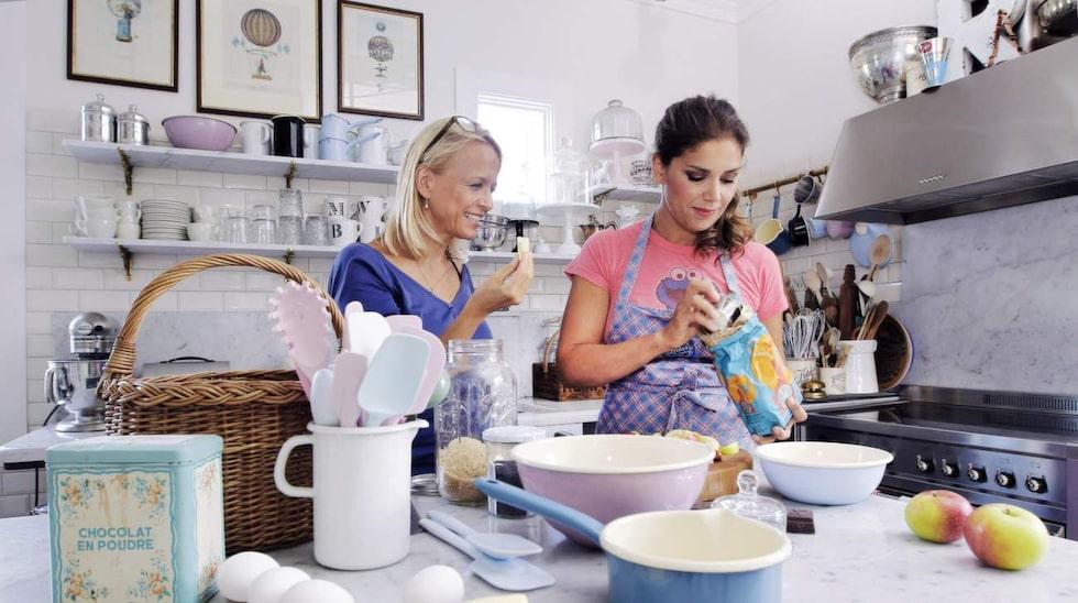 """Formar, kastruller och mått med glänsande, tjock emalj i olika pastellfärger. Allt ingår i Leilas egen kollektion. """"Jag har ju skapat sånt jag själv vill ha och använda, så det är klart att de hänger i mitt eget kök"""", säger hon och sätter i gång att baka en äppelkaka till Söndags redaktör Linda Grahn."""