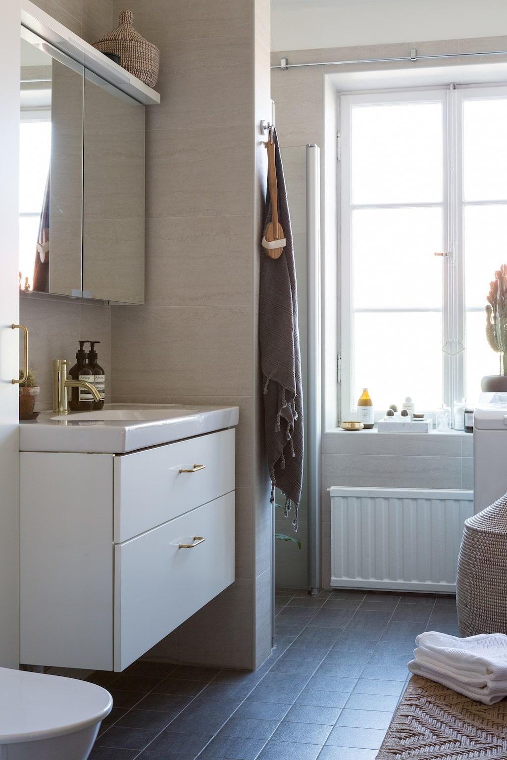 I badrummet, som paret behållit som tidigare ägare renoverat det, har de bytt till beslag från Byggfabriken och blandare från Nivito. Hamamhandduk, COSA home stories. Marmorbricka i fönstret, Hay.