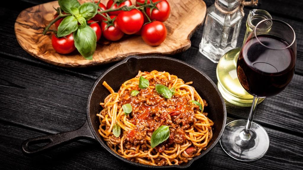 Köttfärssås är en av Sveriges mest populära maträtter. Ett glas vin funkar utmärkt till klassikern.