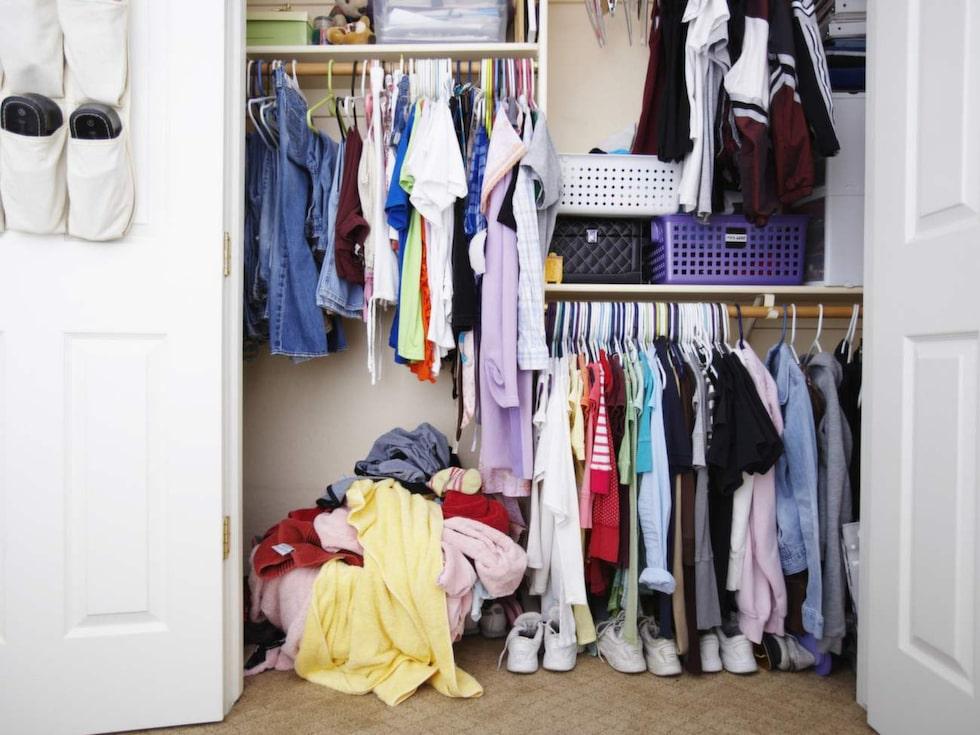 Skippa ordningen i garderoben – stäng dörren. Det som inte syns finns inte.