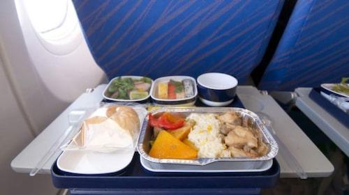 Besättningen äter samma mat som passagerarna, undantaget piloterma.