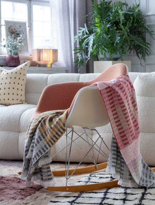 Gungstol, Eames RAR gunga ca pris, 6 030 kronor, Vitra. Pläd, Longhena Blossom 1 495 kronor, Designers Guild. Kudde i soffan, 750 kronor, Chatwall & Jonsson.