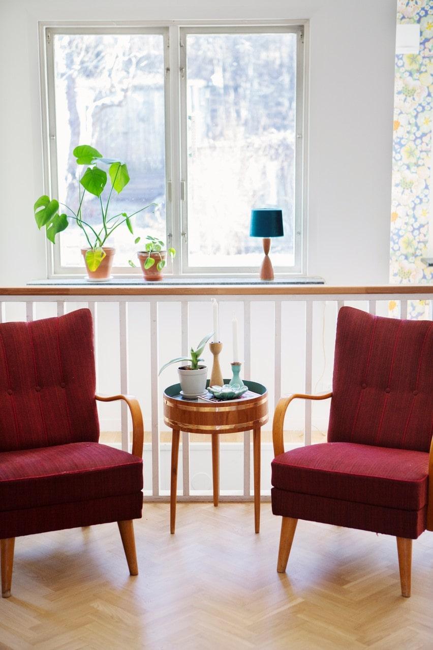 Möblerna är köpta på loppis liksom det lilla bordet.