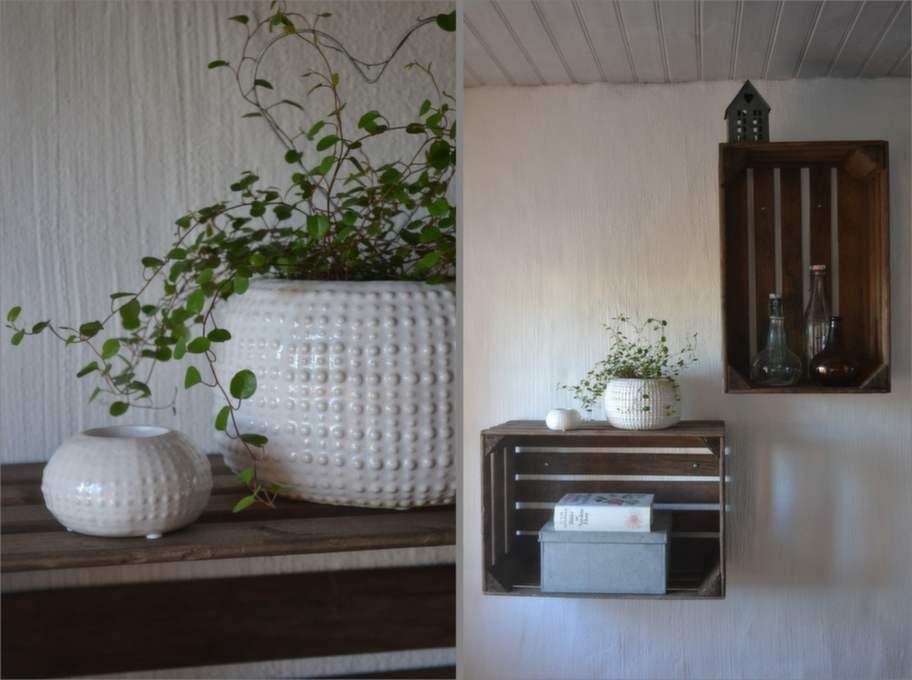 Hyllorna på väggen har Anna gjort själv av ett par äppellådor.