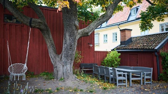 Plats för gunga och stor sittgrupp på innergården där grannarna samsas.