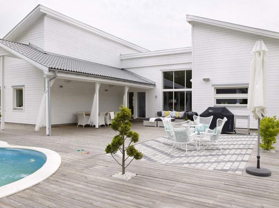 Huset är byggt i lösvirke med vitmålad fasad och spännande vinklar.