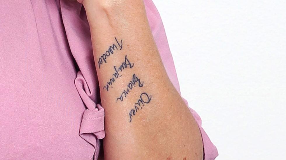Oliver, Bianca, Benjamin och Theodor. Barnens namn har Pernilla tatuerade på armen.